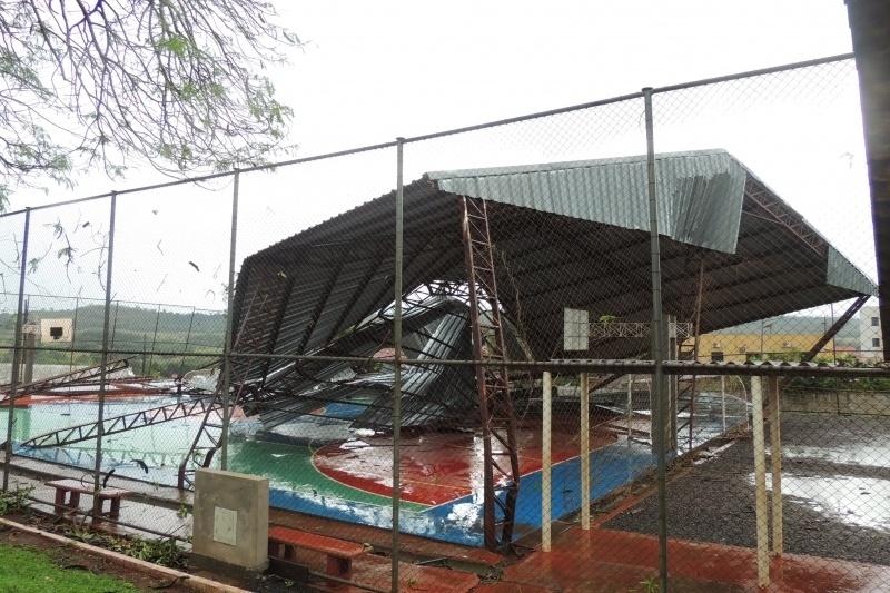 22.out.2013 - Cobertura de quadra em escola de São Miguel do Iguaçu foi arrancada pelos fortes ventos que atingiram a cidade durante um temporal nesta segunda-feira (21)