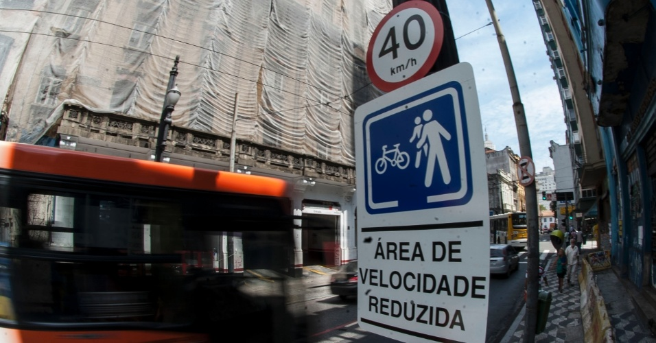 22.out.2013 - Desde essa segunda-feira (21), os veículos que circulam em 14 vias da região central de São Paulo estão se locomovendo em velocidade reduzida, que caiu de 50 km/h para 40 km/h. Nos corredores de ônibus, a redução foi de 60 km/h para 50 km/h. A medida vai se restringir às ruas do interior da área chamada de Rótula Central, com extensão de cerca de 5 km. Segundo a CET (Companhia de Engenharia de Tráfego), os primeiros dias ainda não serão geradas multas por desrepeito às novas regras