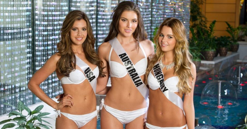 22.out.2013 - Erin Brady, Miss EUA; Olivia Wells, Miss Universo Austrália; e Rebeka Karpati, Miss Universo Hungria; posam de biquíni em hotel de Moscou, na Rússia. O Miss Universo 2013 acontece no dia 9 de novembro e tem mais de 80 candidatas