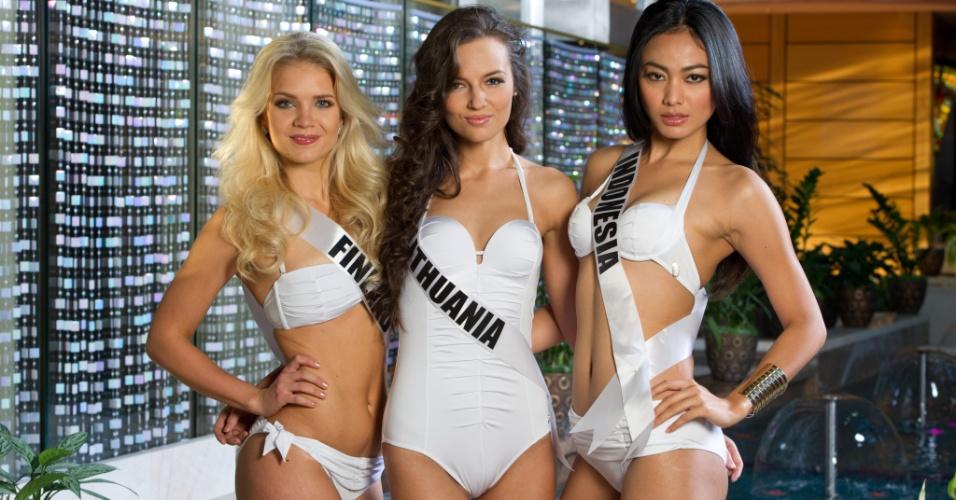 22.out.2013 - Lotta Hintsa, Miss Universo Finlândia; Simona Burbaite, Miss Universo Lituânia; e Whulandary, Miss Universo Indonésia; posam com biquínis em hotel de Moscou, na Rússia. O Miss Universo 2013 acontece no dia 9 de novembro e tem mais de 80 candidatas