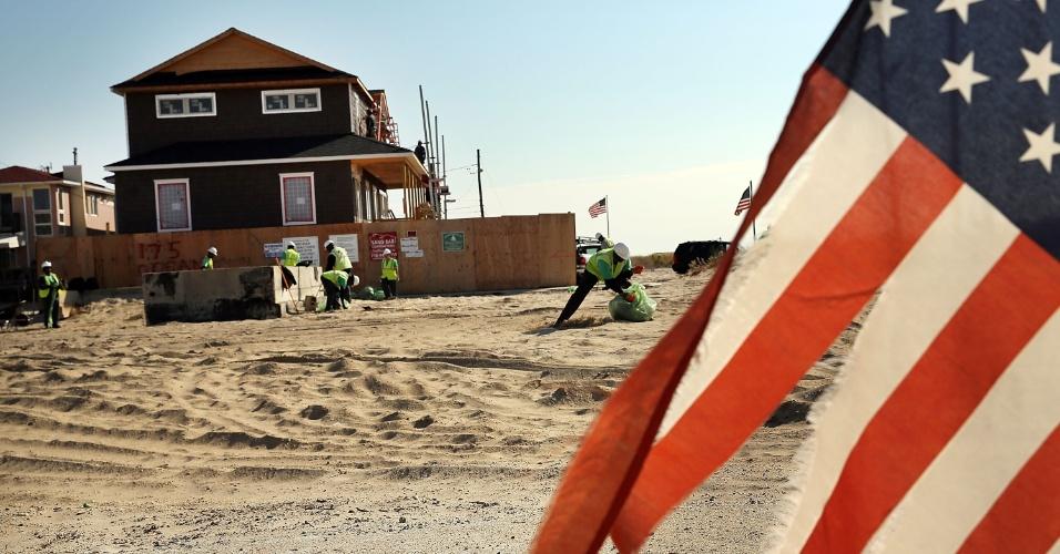 22.out.2013 - Novas casas são construídas em uma área que foi gravemente devastada pelo furacão Sandy, onde novas moradias estão sendo construídas no bairro Breezy Point, no Queens, em Nova York, nesta terça-feira (22). Há um ano, o fenômeno climático atingia a região, que ainda se recupera dos efeitos do furacão. Moradores reconhecem os avanços conquistados ao logo do último ano, mas afirmam que os problemas ainda são evidentes. O furacão Sandy atingiu 24 Estados norte-americanos, da Flórida ao Maine, e trouxe prejuízos estimados em US$ 65 milhões para o país