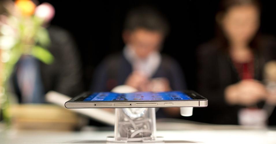 22.out.2013 - O smarphone Ascend P6, que a fabricante Huawei chama de ''o mais fino do mundo'', começa a ser vendido no Brasil a partir de 15 de novembro nas principais varejistas online. O aparelho tem 6,18mm de espessura e pesa 120g. Ele vem ainda com tela de 4.7 polegadas, processador quad-core de 1.5GHz, sistema operacional Android 4.2.2 e bateria de 2000mAh. No Brasil, será vendido nas cores preta e rosa. A fabricante ainda não revelou o preço do aparelho