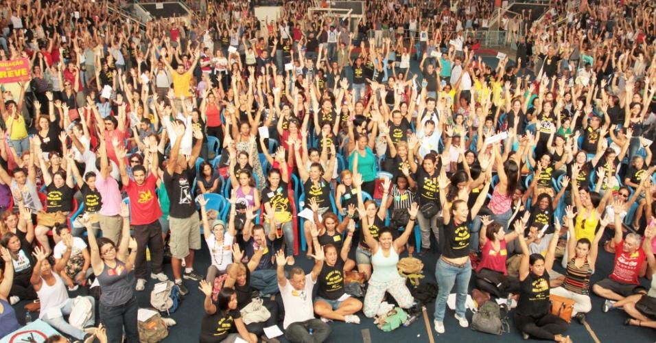 22.out.2013 - Os professores da rede municipal do Rio de Janeiro decidiram manter a paralisação iniciada no dia 8 de agosto. Segundo o Sepe (Sindicato Estadual dos Profissionais de Educação do RJ), cerca de 4.000 profissionais da educação participaram do encontro