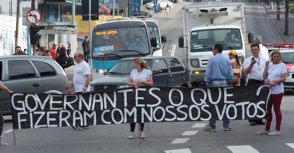 22.out.2013 - Protesto de moradores de Interlagos na manhã desta terça-feira (22), na Avenida Interlagos com a Rua Padre José Garzzotti, zona sul de São Paulo, SP. Eles chegaram a fechar a via para pedir melhorias no trânsito da região.