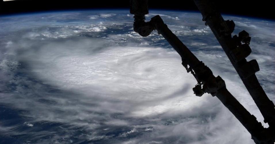 """22.out.2013- A astronauta Karen L. Nyberg tirou esta foto domingo à noite do México visto de espaço. Em seu Twitter, a astronauta escreveu: """"Oeste da costa do México. Furacão Raymond?"""""""