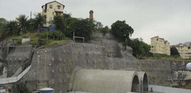 Os apartamentos localizados no bairro da Saúde, e que têm vista frontal para o Elevado da Perimetral, estão sendo evacuados por técnicos da Defesa Civil Municipal