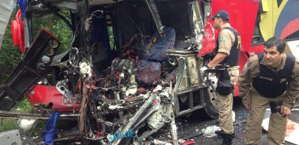 Frente de ônibus fica destruída após choque contra uma carreta em Santa Catarina