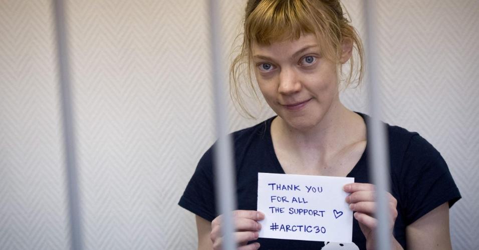 21.out.2013 - A finlandesa Sini Saarela agradece apoio dados aos ativistas do Greenpeace durante audiência no tribunal da cidade de Murmansk, na Rússia. Os 30 tripulantes do navio Arctic Sunrise, entre eles a brasileira Ana Paula, foram detidos pela guarda costeira russa por um protesto contra a plataforma da empresa russa Gazprom no Ártico