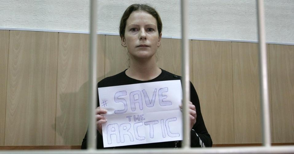 24.out.2013 - Ana Paula Maciel escreve mensagem pedindo proteção ao Ártico durante audiência na corte regional de Murmansk, no noroeste da Rússia. A Justiça negou pedido de fiança para que a bióloga brasileira pudesse responder em liberdade às acusações