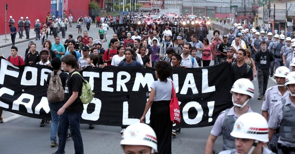 24.out.2013 - Membros do Movimento Passe Livre realizam manifestação que vai em direção ao terminal Campo Limpo. O ato integra a Semana Nacional de Luta pela Tarifa Zero, realizada anualmente pelo MPL desde 2005