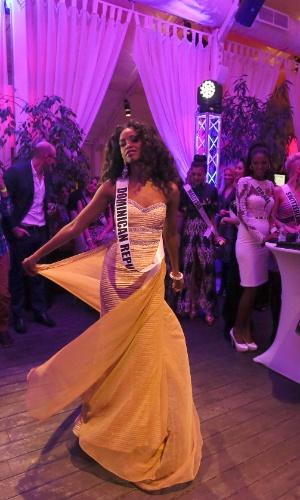25.out.2013 - A miss República Dominincana, Yaritza Reyes, dança durante o jantar de boas vindas do concurso de beleza, em Moscou, na Rússia, nesta sexta-feira (25). O Miss Universo 2013 será realizado no Crocus City Hall, em Moscou, no dia 9 de novembro