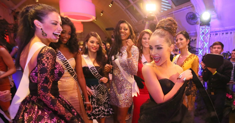 25.out.2013 - A miss Universo 2012, Olivia Culpo, de Rhode Island (à dir.) dança com as candidatas do Miss Universo 2013, durante o jantar de boas vindas do concurso de beleza, em Moscou, na Rússia, nesta sexta-feira (25). O Miss Universo 2013 será realizado no Crocus City Hall, em Moscou, no dia 9  de novembro