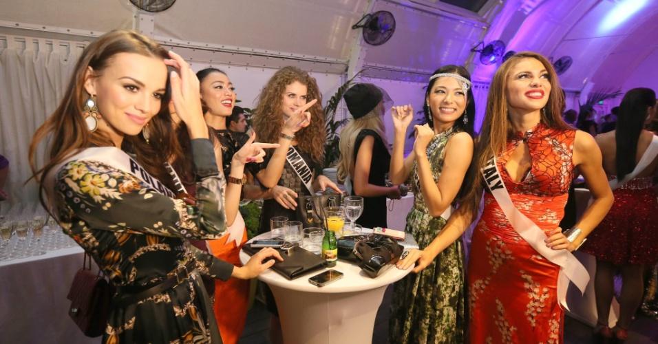 25.out.2013 - Candidatas ao Miss Universo 2013 interagem durante o jantar de boas vindas do concurso de beleza, em Moscou, na Rússia, nesta sexta-feira (25). O Miss Universo 2013 será realizado no Crocus City Hall, em Moscou, no dia 9 de novembro