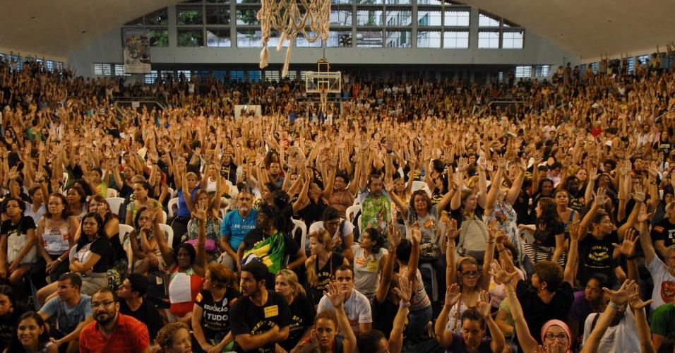 25.out.2013 - Durante uma assembleia tumultuada, professores da rede municipal do Rio decidiram encerrar a greve. Na tarde de ontem, os docentes das escolas estaduais votaram pela suspensão da paralisação. A greve começou no dia 8 de agosto nas duas redes. Na última terça (22), a prefeitura e o Estado se reuniram com representantes do sindicato no STF (Supremo Tribunal Federal) e firmaram um acordo