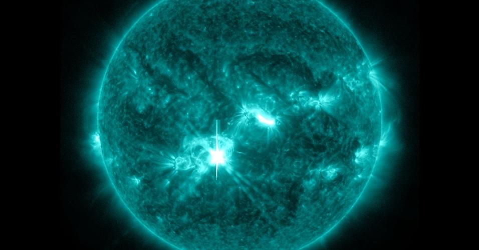 25.out.2013 - Labaredas solares de intensidade média foram captadas pelo SDO, da Nasa, no dia 23 de outubro