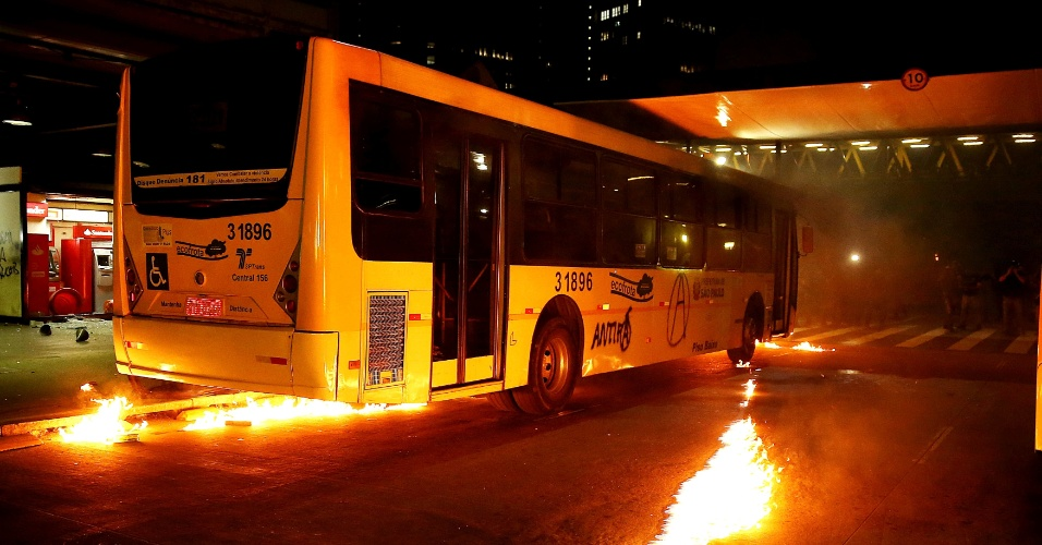 25.out.2013 - Manifestantes depredaram ônibus, caixas eletrônicos e catracas após invadirem o terminal Dom Pedro 2º, na região central de São Paulo, durante manifestação da Semana Nacional de Luta pela Tarifa Zero, realizada na noite desta sexta-feira (25)