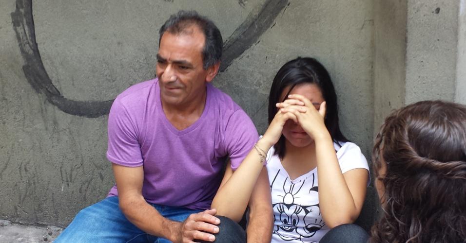 26.out.2013 - Ananda, 18, e seu pai, Irmar Rodrigues de Oliveira, 54, chegaram atrasados no primeiro dia de prova do Enem (Exame Nacional do Ensino Médio) 2013. Os dois iriam prestar juntos o exame com o objetivo de cursarem engenharia civil em alguma universidade federal