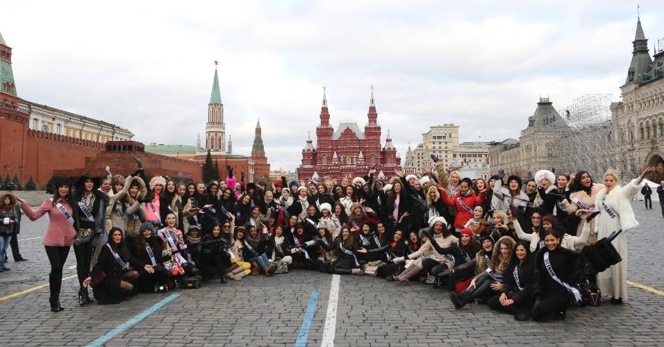 26.out.2013 - Candidatas ao Miss Universo 2013 posam para foto na Praça Vermelha em Moscou, na Rússia. O concurso, que escolherá a miss mais bela, ocorrerá em 9 de novembro na capital russa