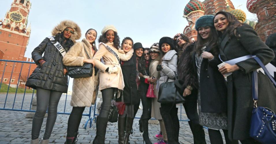 26.out.2013 - Candidatas ao Miss Universo se reúnem em frente à torre Spasskaya, no Kremlin, para tirar foto durante tour de recepção de misses em Moscou, na Rússia