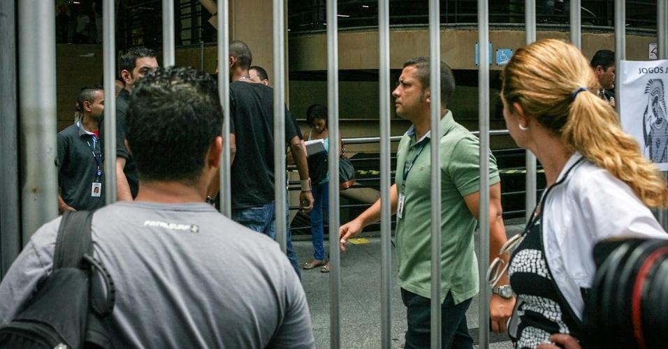 26.out.2013 - Candidatos chegam atrasados e perdem o primeiro dia de prova do Enem (Exame Nacional do Ensino Médio) 2013, em faculdade na Barra Funda, em Sao Paulo