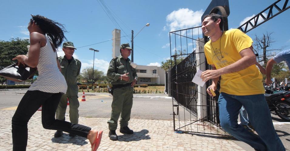 26.out.2013 - candidatos correm para entrar em local de prova no Campus do Itaperi, da Universidade Estadual do Ceará, para o primeiro dia de provas do Enem