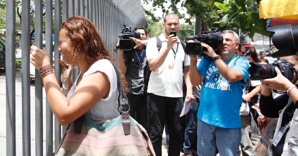 26.out.2013 - Dominique Mantuano chegou atrasada e chorou por perder o primeiro dia das provas do Enem na UERJ (Universidade Estadual do Rio de Janeiro)