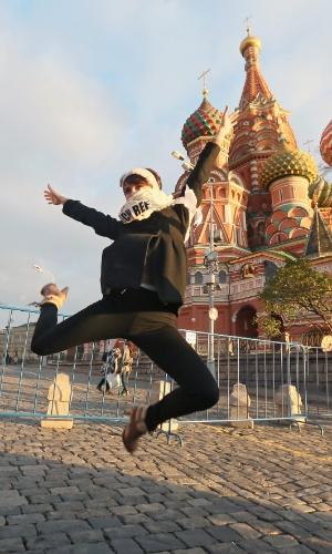 26.out.2013 - Gabriela Kratochvilova, Miss República Tcheca, pula em frente à Catedral de São Basílio, em Moscou (Rússia), enquanto posa para foto