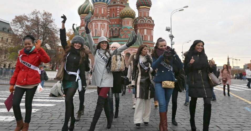 26.out.2013 - Participantes do Miss Universo 2013 caminham em frente à Catedral de São Basílio, em Moscou (Rússia), durante tour de recepção às candidatas ao concurso de beleza. A edição deste ano ocorrerá em 9 de novembro