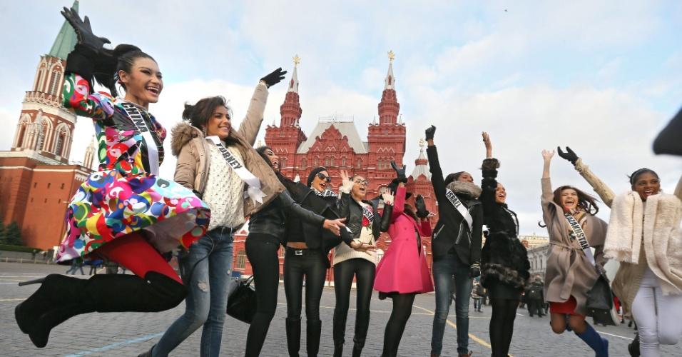 26.out.2013 - Participantes do Miss Universo 2013 posam para fotografia durante tour na Praça Vermelha em Moscou, na Rússia. No dia 9 de novembro será escolhida a miss mais bela em cerimônia realizada no Crocus City Hall