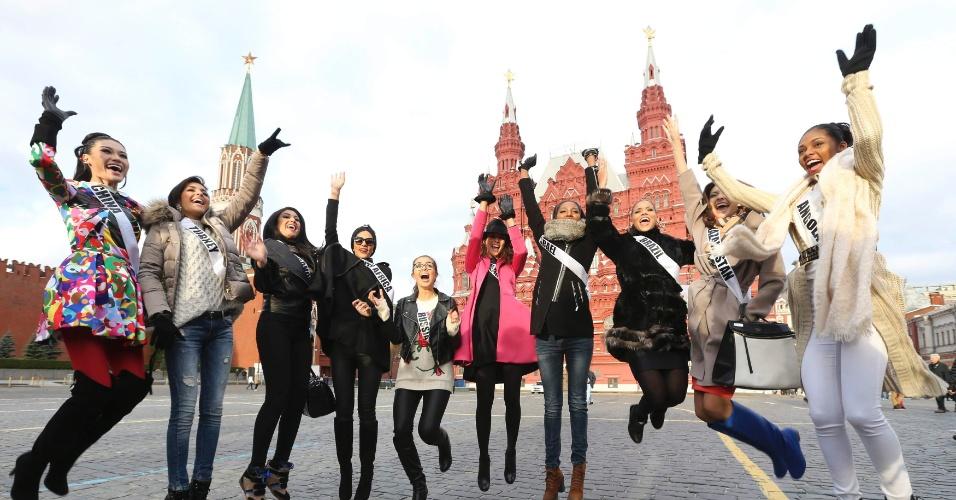 26.out.2013 - Participantes do Miss Universo 2013 pulam para posar para foto na Praça Vermelha em Moscou, Rússia. O concurso, que escolherá a miss mais bela, ocorrerá em 9 de novembro na capital russa