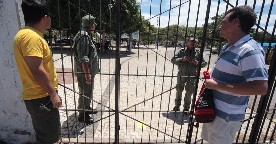 26.out.2013 - Universidade Estadual do Ceará fecha portões no primeiro dia de prova do Enem