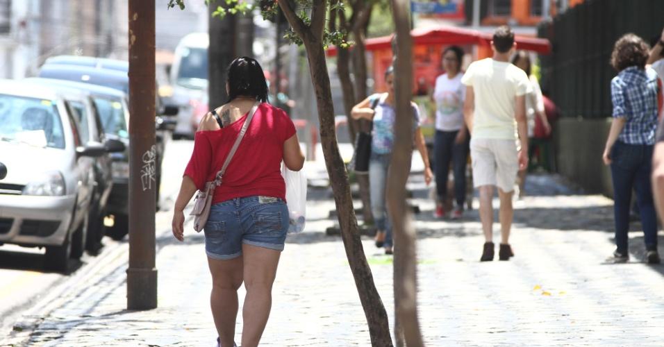 27.out.2013 - A candidata Danusa Oliveira não chegou a tempo para a realização das provas no segundo dia do Enem em Curitiba, pois o ônibus em que estava quebrou