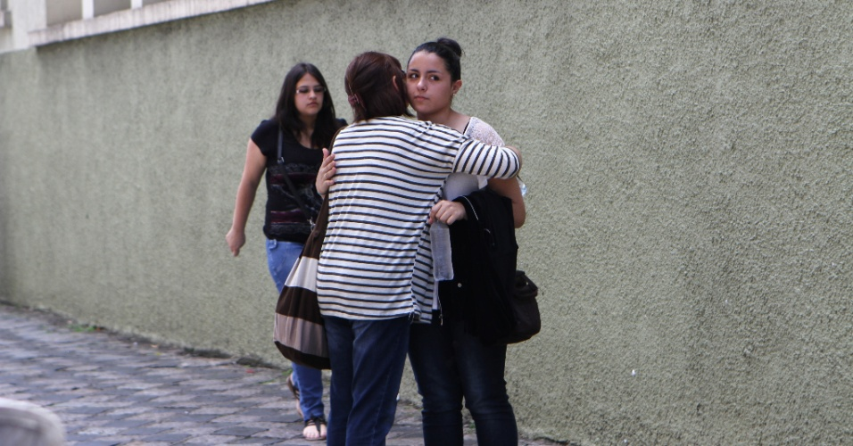 27.out.2013 - Abraço de boa sorte antes do segundo dia do Enem (Exame Nacional do Ensino Médio) 2013, em Curitiba