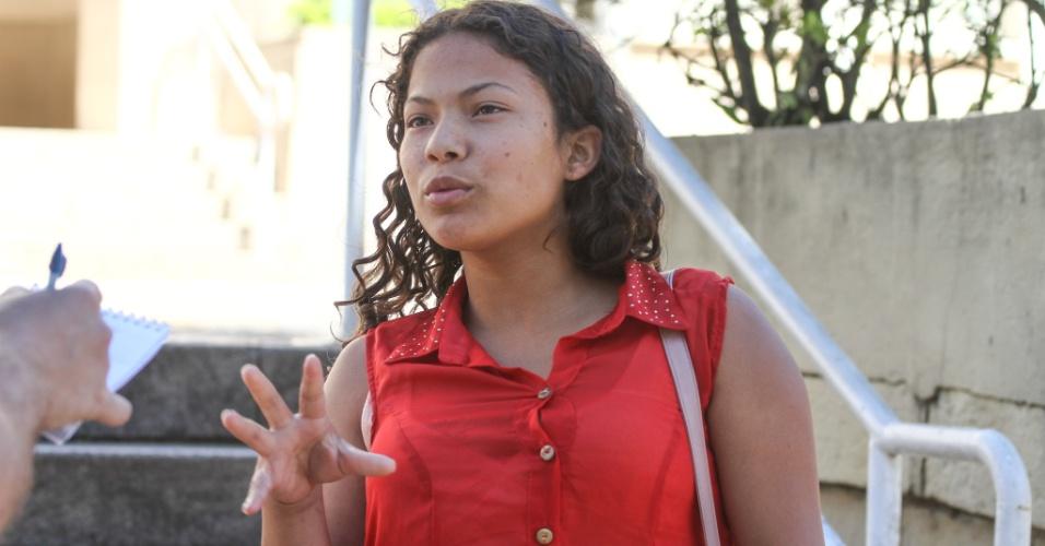 27.out.2013 - Aline Alves, 19, achou o tema da redação fácil durante o segundo dia de provas do Enem em Curitiba