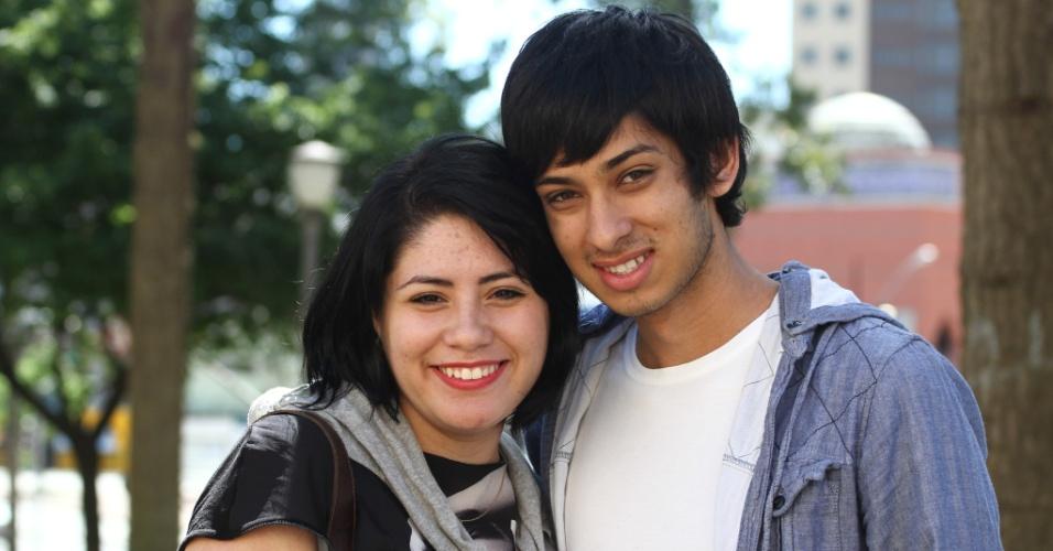 27.out.2013 - Amanda dos Santos e Almir Camakoski Jr, ambos sabatistas, durante o segundo dia de provas do Enem em Curitiba.