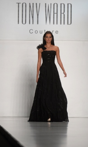 27.out.2013 - Candidata ao Miss Universo participa de desfile do estilista Tony Ward durante a semana de moda de Moscou, na Rússia.