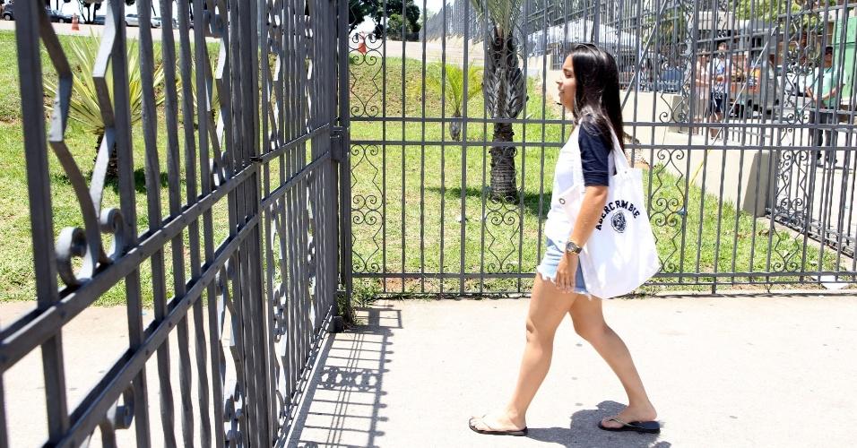 27.out.2013 - Candidata chega atrasada na na PUC-Minas, região noroeste de Belo Horizonte, e perde o segundo dia de provas do Enem (Exame nacional do Ensino Médio) 2013