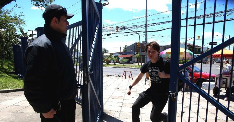 27.out.2013 - Candidato chega durante fechamento de portão e ainda consegue entrar para fazer a prova na Fapa (Faculdade Porto-Alegrense), em Porto Alegre. Os portões foram fechados às 13h (horário de Brasília)