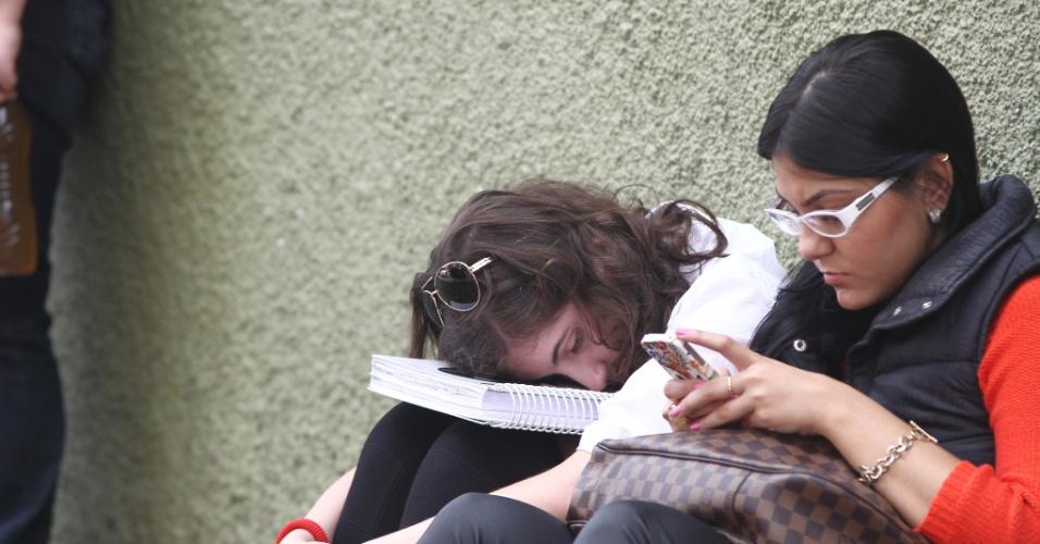 27.out.2013 - Candidatos aguardam a abertura dos portões para o segundo dia do Enem (Exame Nacional do Ensino Médio) 2013, em Curitiba