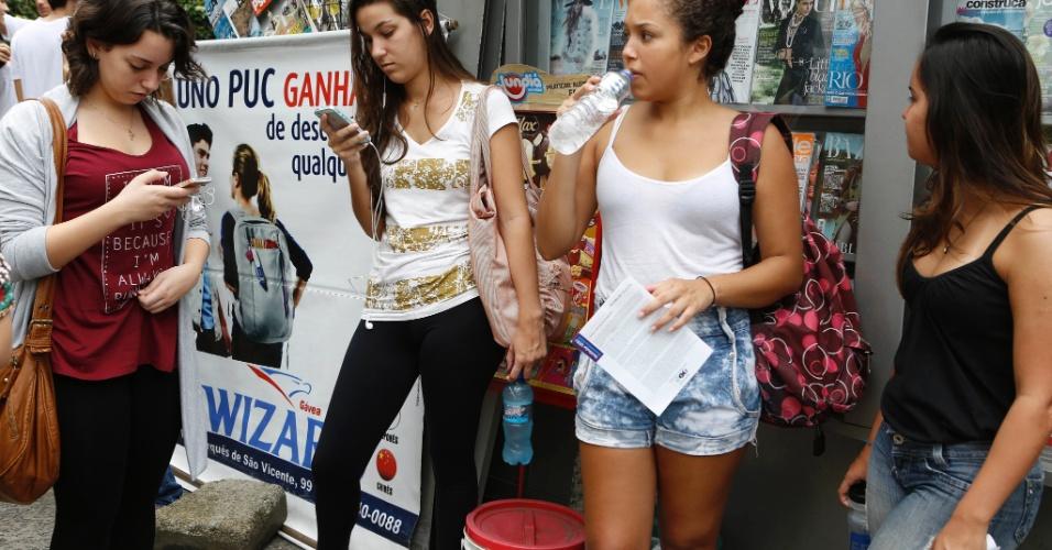 27.out.2013 - Candidatos aguardam o início do segundo dia de prova do Enem na PUC do Rio de Janeiro