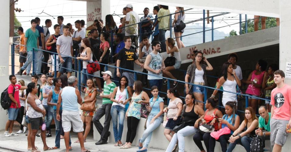 27.out.2013 - Candidatos aguardam o início do segundo dia de provas do Enem na Universidade Gama Filho, em Piedade, Rio de Janeiro