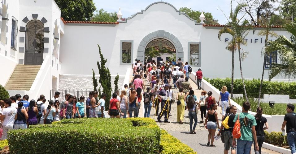 27.out.2013 - Candidatos chegam a PUC Minas, na região noroeste da capital, para prova do Enem (Exame Nacional do Ensino Médio)