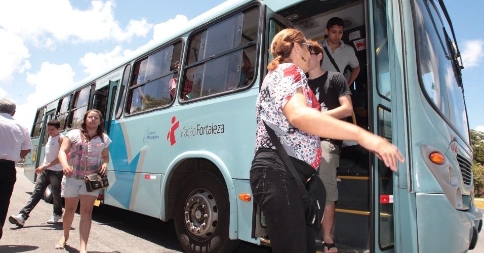 27.out.2013 - Candidatos chegam ao local de prova para o segundo dia do Enem no Campus da Unifor (Universidade de Fortaleza), no bairro Água Fria