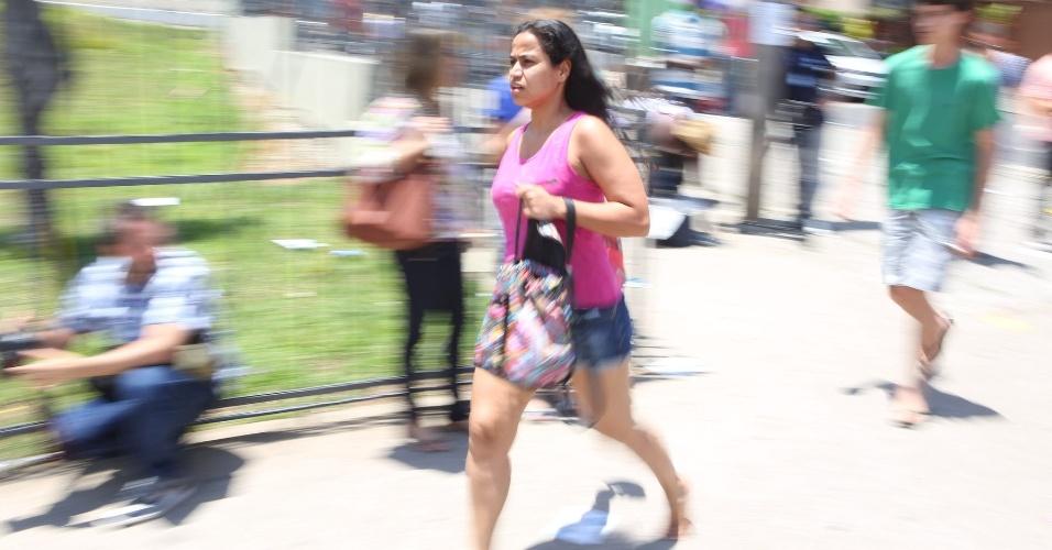 27.out.2013 - Candidatos correm para não perder o segundo dia de provas do Enem (Exame nacional do Ensino Médio) 2013, na PUC-Minas, região noroeste de Belo Horizonte