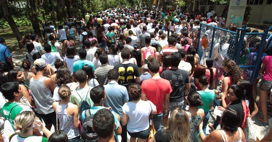 27.out.2013 - Candidatos entram para o segundo dia de provas do Enem ao abrir os portões no Campus da Unifor (Universidade de Fortaleza), no bairro Água Fria
