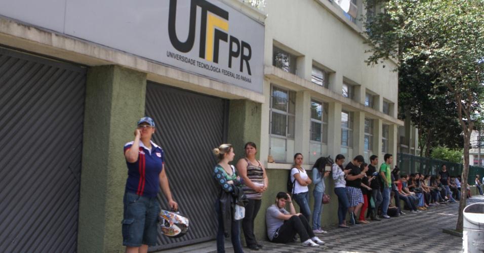 27.out.2013 - Candidatos fazem fila para aguardar a abertura dos portões para o segundo dia do Enem (Exame Nacional do Ensino Médio) 2013, em Curitiba