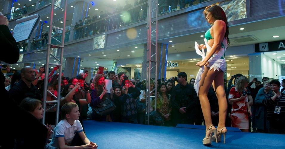 27.out.2013 - Cindy Meija, Miss Peru, participa de desfile no shopping Rio Leninsky em Moscou, na Rússia. O concurso que vai escolher a miss mais bela do mundo será no dia 9 de novembro