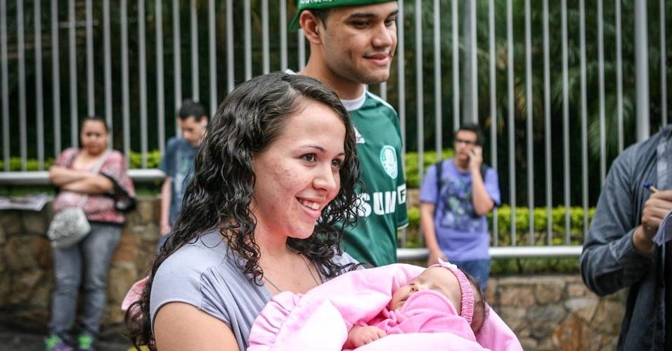27.out.2013 - Elisa Dias, 21, segura sua filha Jeniffer, 2 meses e é acompanhada por Jhonatas Abreu, 21, pai da criança. Elisa fez o segundo dia de prova do Enem enquanto Jhonatas ficava com o bebê em uma sala especial