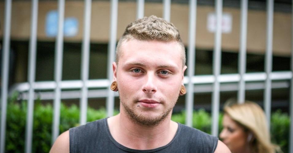 27.out.2013 - Guilherme Lodetti, 17, foi um dos primeiros candidatos a deixar o local de prova no segundo dia do Enem, em unidade na Barra Funda