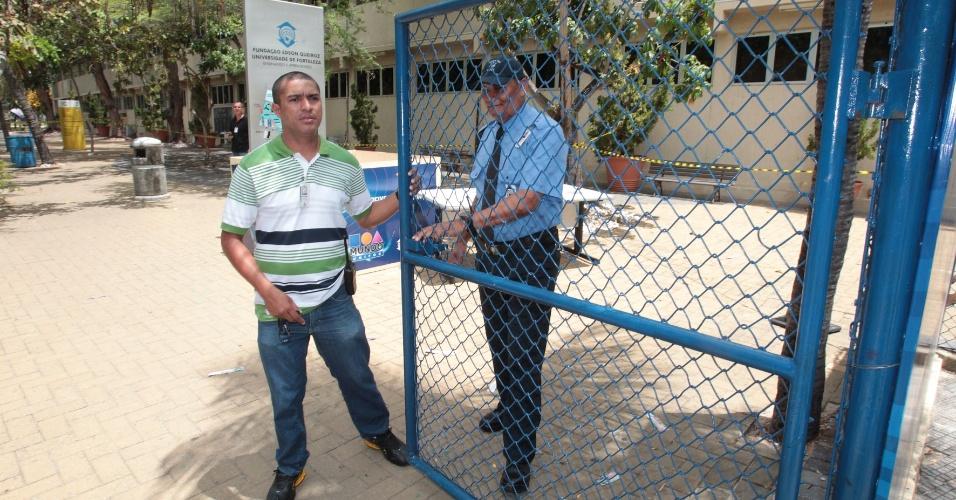 27.out.2013 - Hora de fechar os portões da Unifor, em Fortaleza